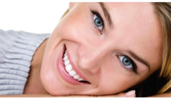 ragazza che sorride dopo lo sbiancamento dentale