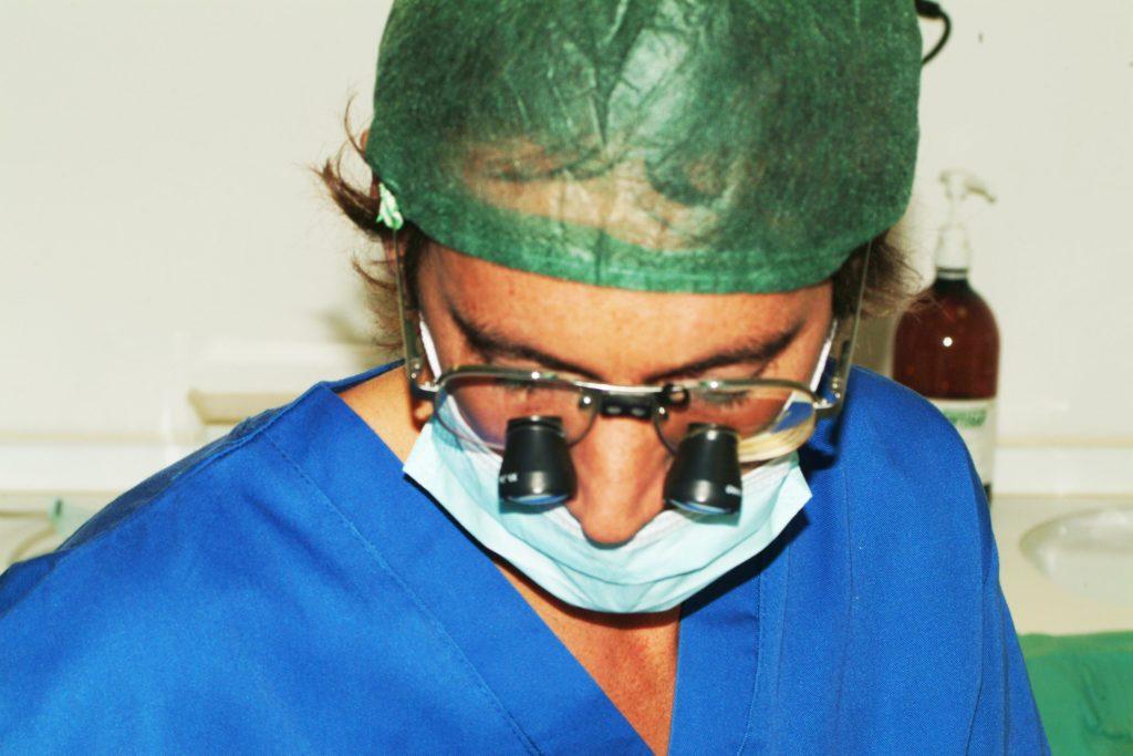 il Dott. Tomarelli opera con lenti oculari ingrandenti