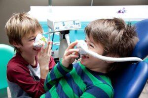 bambini con mascherina per la sedazione cosciente in uno studio dentistico