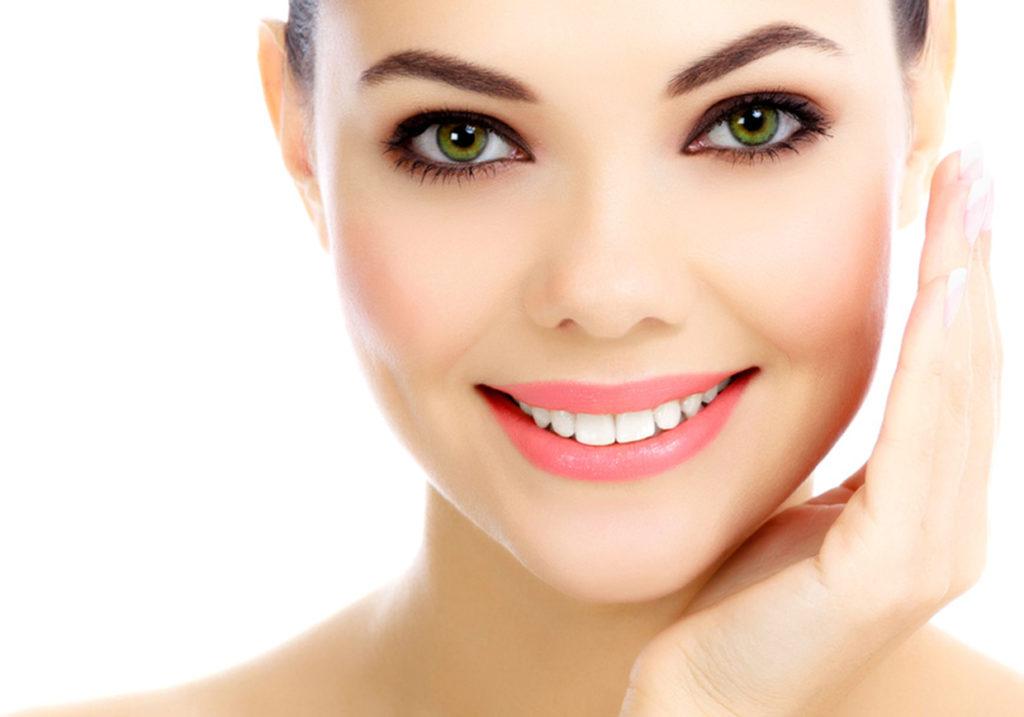 viso donna che sorride dopo avere eseguito lo sbiancamento dentale